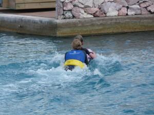 Chabelita laat Carlijn door het water surfen