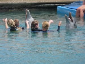 Carlijn en Wessel geven de dolfijnen opdracht hun tong te laten zien!