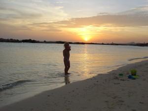 spelen op het strand met zonsondergang