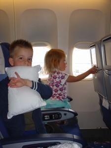 gezellig in het vliegtuig ! veel stoelen leeg, dus ruimte zat