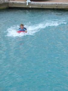 Op een surfboard voortgeduwd door Chabelita!