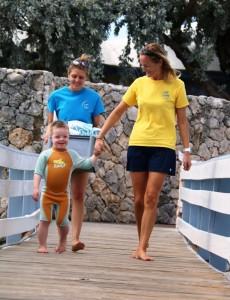 Julian met Lisa en Birgit op weg naar het dok