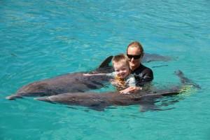 in het water met dolfijn Bonnie, zoon Sami en therapeute Lisa