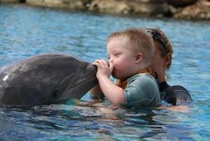 Julian krijgt een kus van dolfijn Bonnie