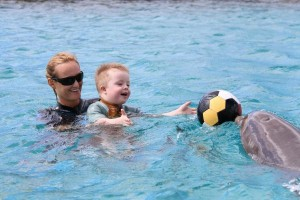 spelen met de bal in het water