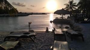 's avonds eten op het strand bij een ondergaande zon; da's genieten..