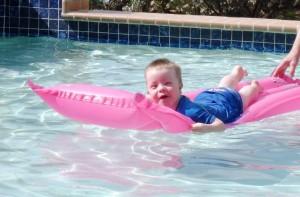 lekker dobberen in het zwembad