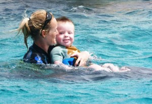 rustig dobberen met je benen op de rug van de dolfijn