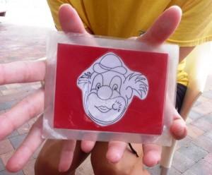 een clownskaartje met een mond/tonggebaar erop