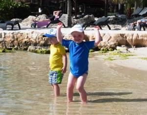 Julian en Stef aan de waterkant bij Hemingway