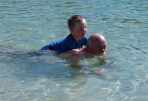 Opa Joop speelt voor dolfijn Bonny, dat is een leuk spelletje..!
