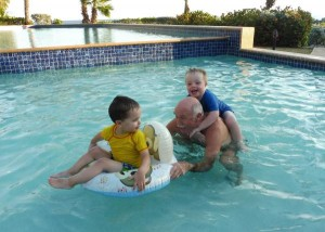 Julain en Stef hebben lol in het zwembad met opa Joop