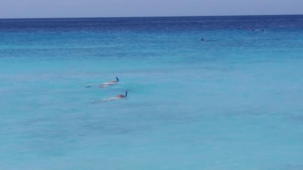 Jesse en Arco vermaken zich prima met snorkelen. Het is onder water bijna nog mooier dan boven water.