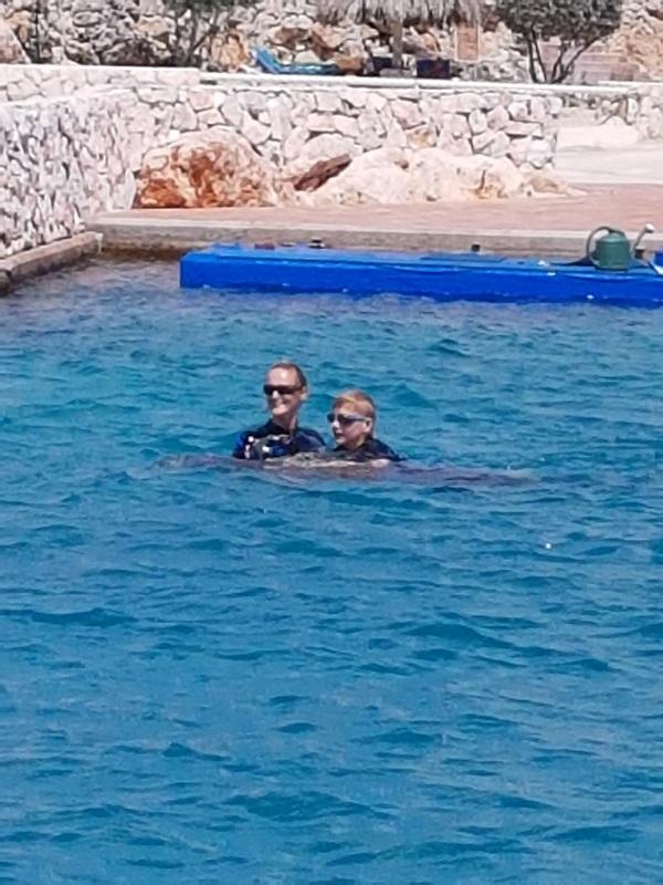 Jesse mocht vandaag ook met duikbrilletje zwemmen. Want het is heel leuk om onder water de bewegingen van de dolfijn te zien. En dan ook nog Sami erbij die overal tussendoor zwemt!